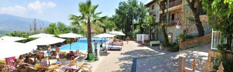 La splendida piscina immersa<br /> nel verde con ampi spazi solarium...